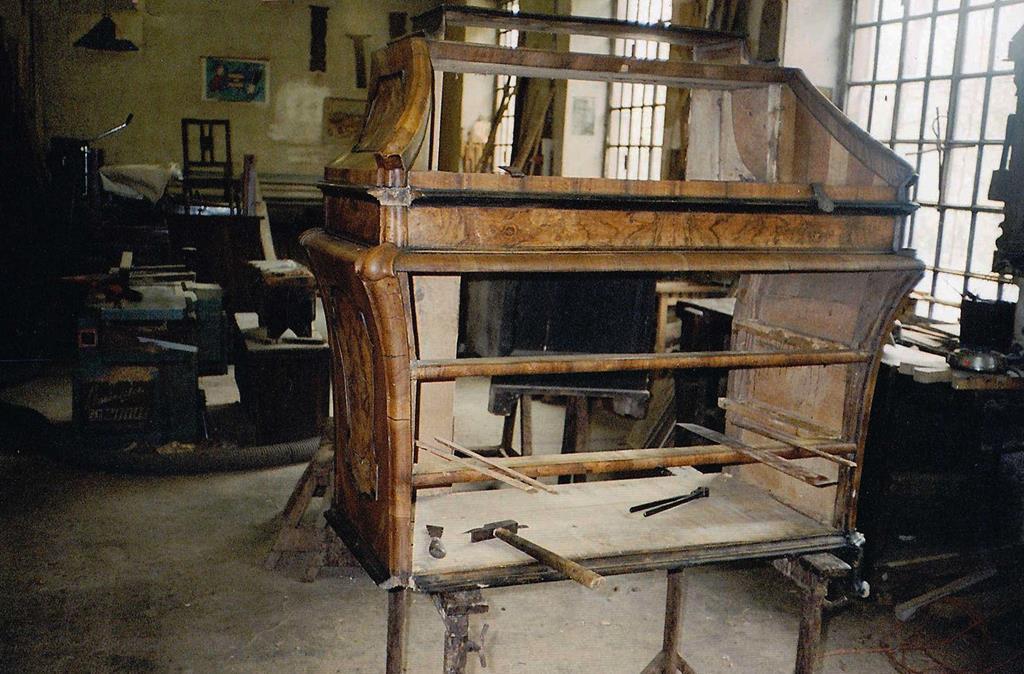 Mobili intarsiati-1 Ribalta lombarda XVIII sec-2 Durante il restauro.jpg