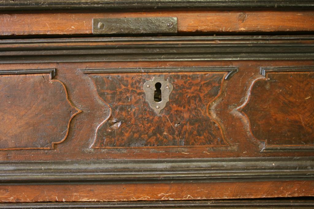 Mobili intarsiati-2 Canterano XVII-XVIII sec-5 Cassetto prima del restauro