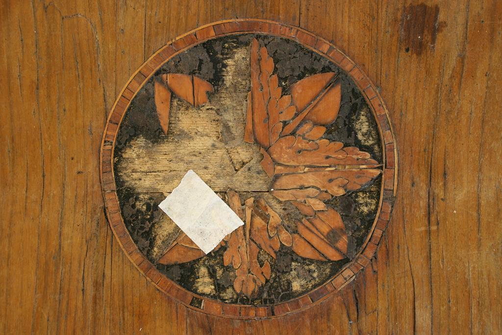 Mobili intarsiati-4 Comò Neoclassico-2 Particolare rosone prima del restauro