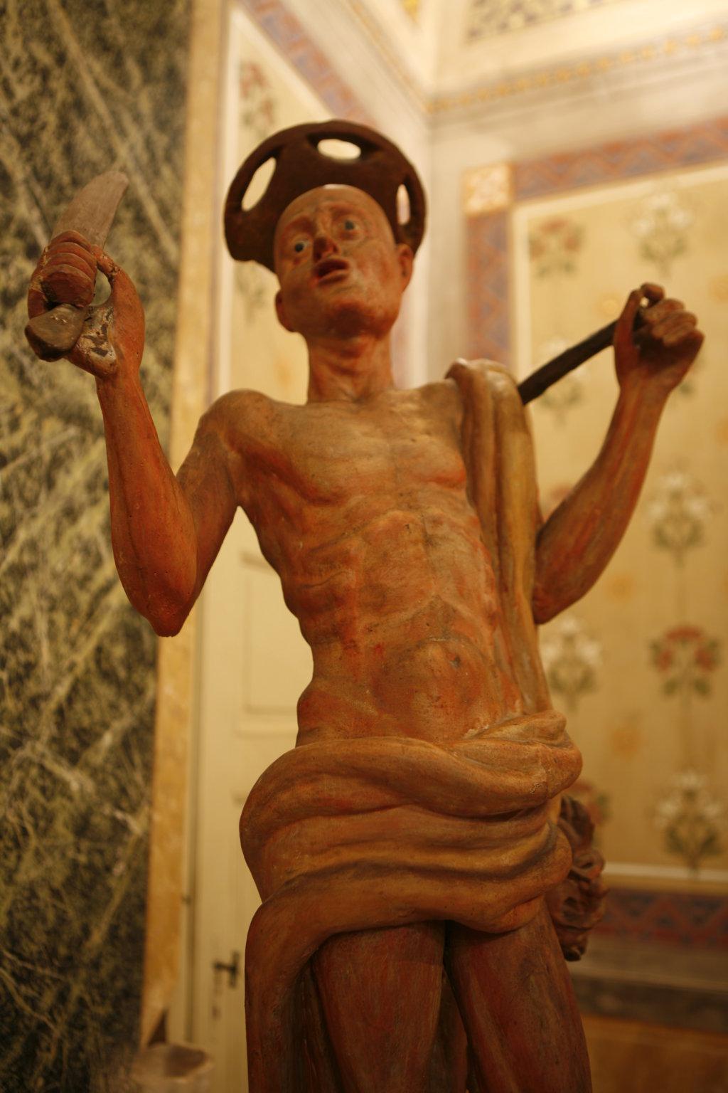statua prima del restauro