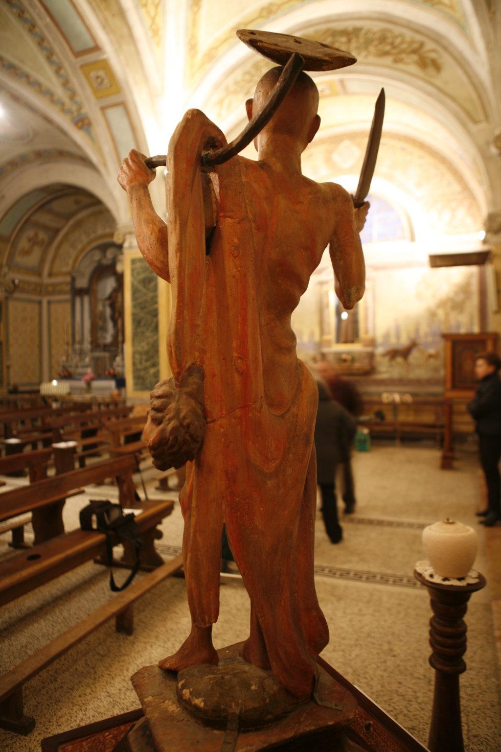 staffe metalliche statua